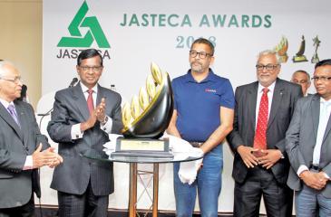 Past President Sunil Wijesinha and Group Director, Lean Enterprise, Shri Skandaraj unveil a replica of the award. General Secretary of JASTECA Sunil Ratnayake and officials look on. Pix: Sulochana Gamage