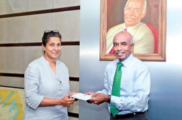 S.R. Gnanam, Managing Director of Tokyo Cement hands over the sponsorship to Shalini Wickramasuriya, Trustee of The Music Project.