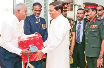 President Maitripala Sirisena who was in Jaffna yesterday, visited Jaffna Security Forces headquarters and addressed the Security Forces personnel. He also presented gifts to ex-military officials who retired from the Army after serving in Jaffna.