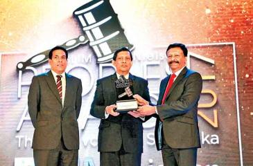 Group Managing Director/CEO of the LOLC Group, Kapila Jayawardena (right) receives the award from Director, Marketing, Singer (Sri Lanka), Kumar Samarasinghe, the main sponsor of the event. Chief Officer, Marketing Communications, LOLC Group, Susaan Bandara looks on.