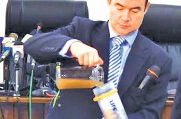 Stuart Elson of LifeSaver UK demonstrates the purification method