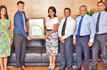 Senior Consultant, SFG, Nik Bollons presents the certification to Chief Executive Officer Renuka Fernando. From left: Associate, Sustainability Solutions, Sachini Jayakody, Head of CSR, Theja Silva, Chief Operating Officer, Thilak Piyadigama, Senior Manager, Infrastructure and Administration, Saman Munasinghe look on.