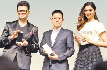 Indian photographer Dabboo Ratnani, Global VP and President of OPPO India, Sky Li and Bollywood superstar Deepika Padukone at the launch.