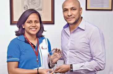 Krystle Reid receives a felicitation plaque from  CEO of Brandix Lingerie, Rajiv Malalasekera.