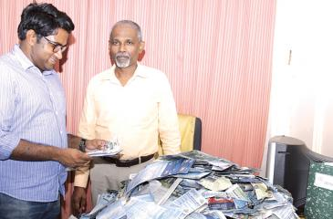 Picking the winning coupons.....from left. Rasika Jayakody (Editor Daily News) and Lakshman Piyasena ( Editor Silumina) picking the readers' winning coupons. Pic. Saliya Rupasinghe