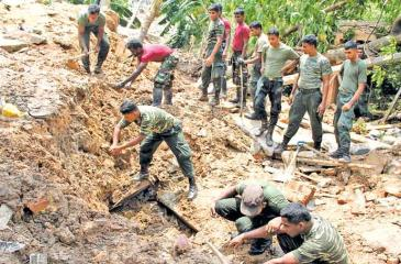 Security Forces personnel continue search operations at Meetotamulla. PIC: SULOCHANA GAMAGE