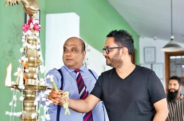 Managing Director, Leo Burnett Sri Lanka, Ranil de Silva and Chief Creative Officer, Leo Burnett, South Asia, Raj Deepak Das light the oil lamp.
