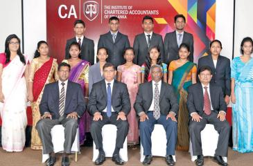 The six merit prize winners and the nine subject prize winners with CA Sri Lanka President Lasantha Wickremasinghe, Vice President Jagath Perera, Chief Executive Officer Aruna Alwis and Director, Examinations, Prasanna Liyanage