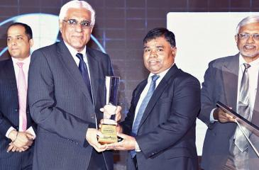 Bank of Ceylon General Manager D.M. Gunasekera receives the gold award for overall winner at the LankaPay's Technnovation Awards 2017 from CBSL Governor Indrajith Coomaraswamy.