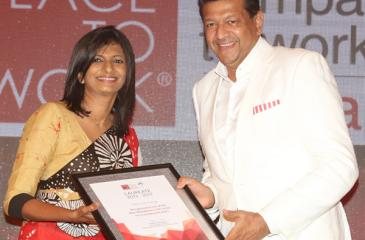 99X Technology, Co-founder and CEO Mano Sekaram (right) receives the Great Place To Work Hall of Fame certification from GPTW Institute Sri Lanka, CEO Kshanika Ratnayake.