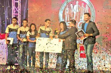 The CA Sri Lanka Students Society Team receive the award. Head, ACCA Sri Lanka, Nilusha Ranasinghe looks on.