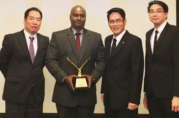 From left: Head of Marketing/Assistant Vice President John Keells Group, Malik Edwin with the award. (From left): General Manager, Toshiba TEC Singapore, Takeshi Kimura, Regional Manager, Toshiba TEC Singapore, Philip Wu and Country Manager, Toshiba TEC Singapore, Aaron Wong look on.