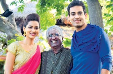 Prof. Sunil Ariyaratne with the actors. Pic: Sudath Nishantha
