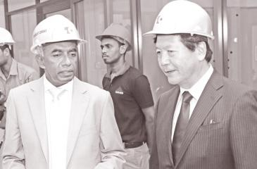 S. R. Gnanam, Managing Director of Tokyo Cement Company (Lanka) PLC with Tadashi Matsunami, Director and Senior Managing Executive Officer of Ube Industries Limited, Japan, at the factory opening in Trincomalee.
