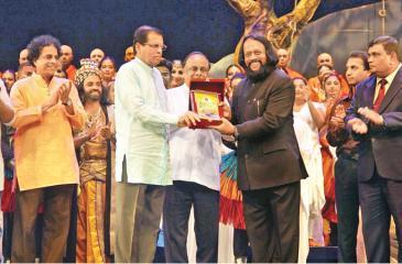 Chief Guest President Maithripala Sirisena presenting a felicitation award to Director Prof Ariyaratne Kaluarachchi