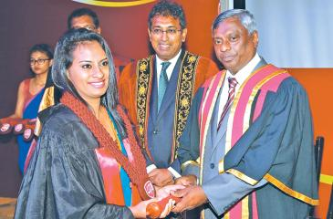 CA Sri Lanka President, Lasantha Wickremasinghe presents the FCA designation to a new Fellow member. Deputy Minister of National Policies and Economic Affairs, Dr. Harsha de Silva looks on.