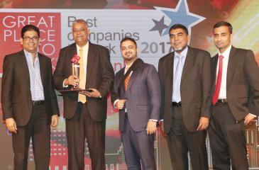Managing Director Saif Yusoof, Directors Gaazali Arifeen and Ashker Laffir receive the award from Deputy CEO of Huawei Sri Lanka, Vasabha Bulathsinhala.
