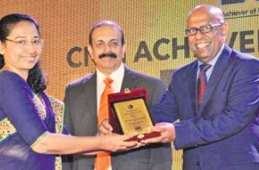 Apeksha IVF Directors Dr. Champa Nelson and Deepal Nelson receive the Merit Award in the Service Sector category.