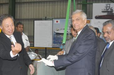 Prime Minister Ranil Wickremesinghe lays the keel for the construction of the vessel. CDPLC Managing Director/CEO D.V. Abeysinghe looks on. Pic: Sumanachandra Ariyawansa