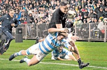 New Zealand's Vaea Fifita (R) runs in a try as he is tackled by Argentina's Santiago Cordero during the Rugby Championship match between the New Zealand All Blacks and Argentina in New Plymouth on September 9, 2017.