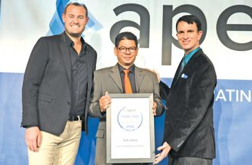 SriLankan Airlines Manager Product Development, Senaka Bandaranayake (centre) receives the award on behalf of the Airline.