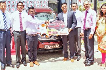 CEO, Caltex Lubricants, Kishu Gomes presents the SUV to the grand prize winner. PICTURE BY SHAN RAMBUKWELLA