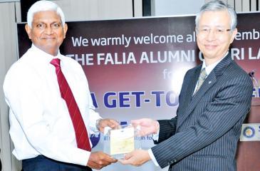 Ceylinco Life Managing Director R. Renganathan (left) receives the FALIA Grandmaster plaque.