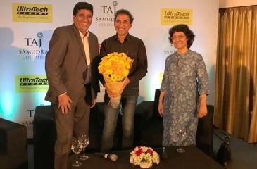 Harsha Bhogle and his wife Anita being welcomed