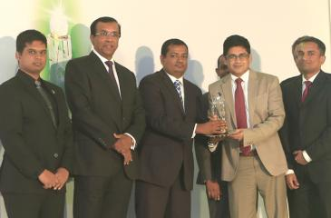 Eranga Wickramasinghe - Team Leader, System Engineering of Sri Lanka & Maldives, handing over the award to Mangala Wickramasinghe - Head of Electronic Delivery Channels of HNB.  Lakmal Embuldeniya, Executive Committee Member of BCS Sri Lanka Section, Jayantha De Silva, Third Chairman BCS The Chartered Institute for IT Sri Lanka Section, Gerald Vethanayagam - Cisco Country Manager for Sri Lanka and Maldives and Duminda Karunaratne Executive, Digital Strategy and Solutioning of HNB also in the picture.