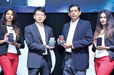 Huawei Sri Lanka CEO Shunli Wang and Singer Sri Lanka PLC Marketing Director Kumar Samarasinghe introduce the Huawei nova 2i.
