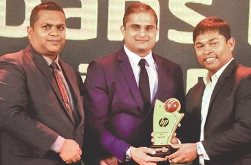 From left: Chandika Prasantha – Service Manager IT – Abans PLC, Chathura Jayawardane – General Manager – Abans PLC, and Romesh Kaluwitharana – Brand Ambassador – HP, with one of the awards.