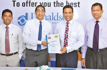 (L-R) Aravinda Jayasekara, General Manager Product Support Services and Riyad Ismail, CEO of UTE; Kishu Gomes, CEO/MD and Bertram Paul, General Manager, Sales of Chevron Lubricants Lanka PLC, soon after signing the MOU.