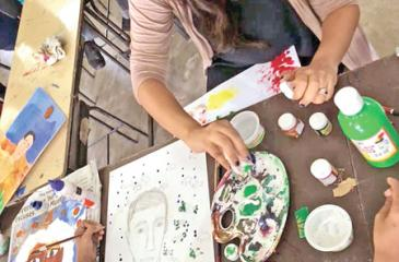 Chief Bakamuna Rochelle Bibile helping students with art-therapy