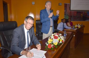 Senior public officials including the Director General of Sri Lanka Customs and NTFC Chairperson, P.S.M. Charles and the Director General of the Department of Commerce and NTFC Co-Chairperson Sonali Wijeratne participate at a recent workshop to explore the roles and responsibilities of participating agencies in the TIP and NSW project. The workshop held on December 5, 2017was jointly conducted by the National Trade Facilitation Committee and the World Bank Group