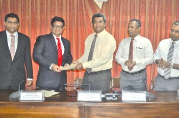 Airtel and Kelaniya University officials exchange the agreement.
