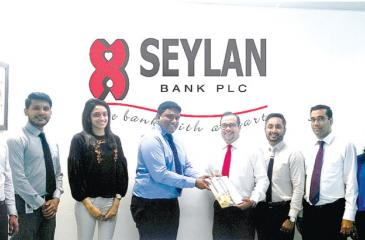 Tilan Wijeyesekera, Deputy General Manager Retail Banking of Seylan Bank exchanging the MoU with Daham Gunaratne, Managing Director of  LankProperty.com, glanked by (on right) Gamika de Silva, Head of Marketing and Sales at Seylan Bank, Rukshan Ediriweera, Product Manager, Personal Banking at Seylan Bank, Dimmini Senarathne, Brand Manager, Home Loans at Seylan Bank and (on left) Shanika Ellawala, Assistant Manager Business  Development at Lankaproperty.com, Eugene Seneviratne, Chief Manager, Personal Bankin
