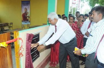 Ceylinco Life Managing Director and CEO, R. Renganathan unveils the plaque at the presentation to the Sampur Sri Murugan Vidyalayam in Mutur, Trincomalee, the 70th classroom donated by the company