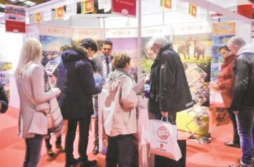 The enthusistic crowd at the Sri Lanka stall