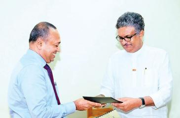 Assistant General Manager, Human Resources, Sampath Bank Lalith  Weragoda (on left) exchanges the MoU with Vice Chancellor of the University of Sri Jayewardenepura, Prof. Sampath Amaratunge.
