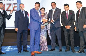Managing Director of Softwave Printing, Chaminda Kariyawasam receives the Gold Award for the 'Brides of Sri Lanka' Magazine from the Past President of SLAP, Sanjeev Mohan.