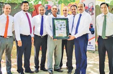 The Principal of Thodamaduwa Vidyalaya offers a token of appreciation to Browns officials.