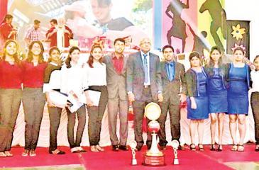 The University of Kelaniya team with officials. From left: Demini Wickramasinghe, Rashmi Fernando, Shashini Jayathileke, K.J. Dulanjali,  Shereen Bandara, Amanda Abeysinghe, Danushka Nuwan, Prof. (Dr) A. Chamaru  De Alwis, Nisal Dharmadasa, Madushi Dissanayake, Jayani Chathuruka, Thilini Thilakaratne, C.M. De Silva and Vindya De Silva.