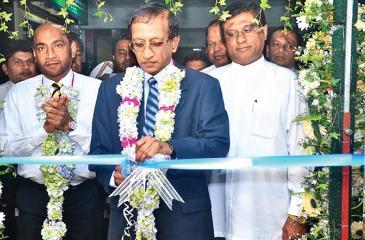 Chairman of Richard Pieris Finance Ltd., Felix Fernandopulle opens the branch. Executive Director/CEO K.M.M. Jabir, Mayor of Nuwara Eliya  Chandana Lal Karunaratne, Directors and other staff members look on.