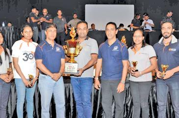 HR Department Team with the Overall Champions trophy flanked by Tharaka Ranwala, Senior Deputy General Manager – Consumer Banking, Sampath Bank PLC (3rd from left) and Maheel Kuragama, Assistant General  Manager – Operations, Sampath Bank PLC