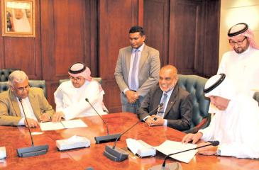Managing Director of Selmo Pvt. Ltd., Anton Hemantha (left) and Director General of the Saudi Export Program, Ahmed Al Ghannam (extreme right), sign the agreement in the presence of Sri Lankan Ambassador Azmi Thassim at the SFD headquarters in Riyadh last week.