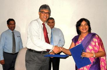 Vice President / Chief Executive Officer of John Keells Holdings PLC and Chairman of the Sri Lanka Retail Forum 2018, Charitha Subasinghe and Chief Executive officer of the Ceylon Chamber of Commerce,  Dhara Wijayatilake after the signing of the MoU.