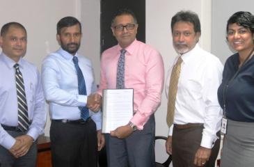 Managing Director, CL Synergy, Roshan Silva exchanges the agreement with  - Deputy CEO, DFCC Bank Thimal Perera. Also in the picture (from left): Finance Director, CL Synergy,  Janaka Udamulla, Director, CL Synergy, Rochana Jayawardana and Senior Manager, Payments and Cash Management, DFCC Bank, Sheron Mendis.