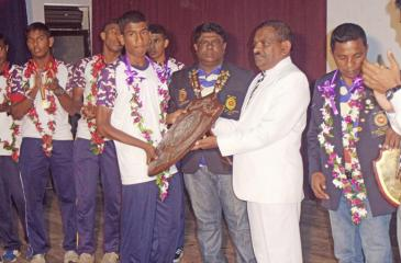 Chamath Kapukotuwa, the captain of the victorious boxing team receiving the Stubbs Shield from the principal of the school P.G.S. Bandara. Coach Bandula Gamage, assistant coach, MMD Paris and the president of the Old Boys Union of St.Sylvester's J.G.Tilakasiri are also in the picture  Pic: Upananda Jayasundera