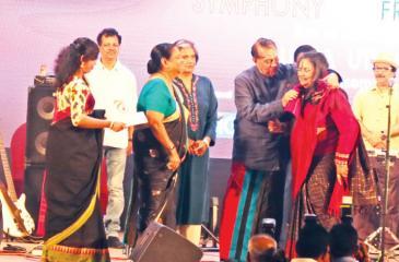Chief Guest Speaker Karu Jayasuriya honouring to the legendary singer Usha while Former President Chandrika Kumaratunga, Indian High Commissioner Taranjit Singh and Mrs.Karu Jayasuriya look on. Pix: Thilak Perera