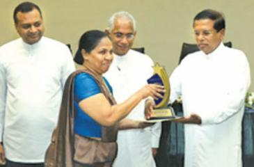President Maithripala Sirisena and Prime Minister Ranil Wickremesinghe presenting awards to institutions with a high level of performance based on COPA evaluation for financial year 2015